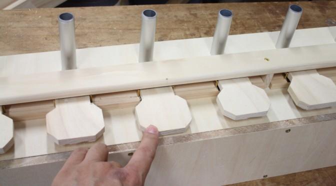 パイプオルガンワールド: 鍵盤押さえまわりの制作・鍵盤表面材の試し切り